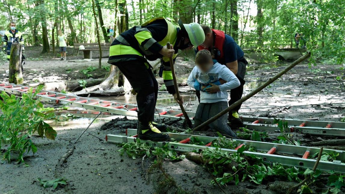 München: Zehnjähriger steckt fest - Feuerwehr rettet Jungen aus Isar-Au