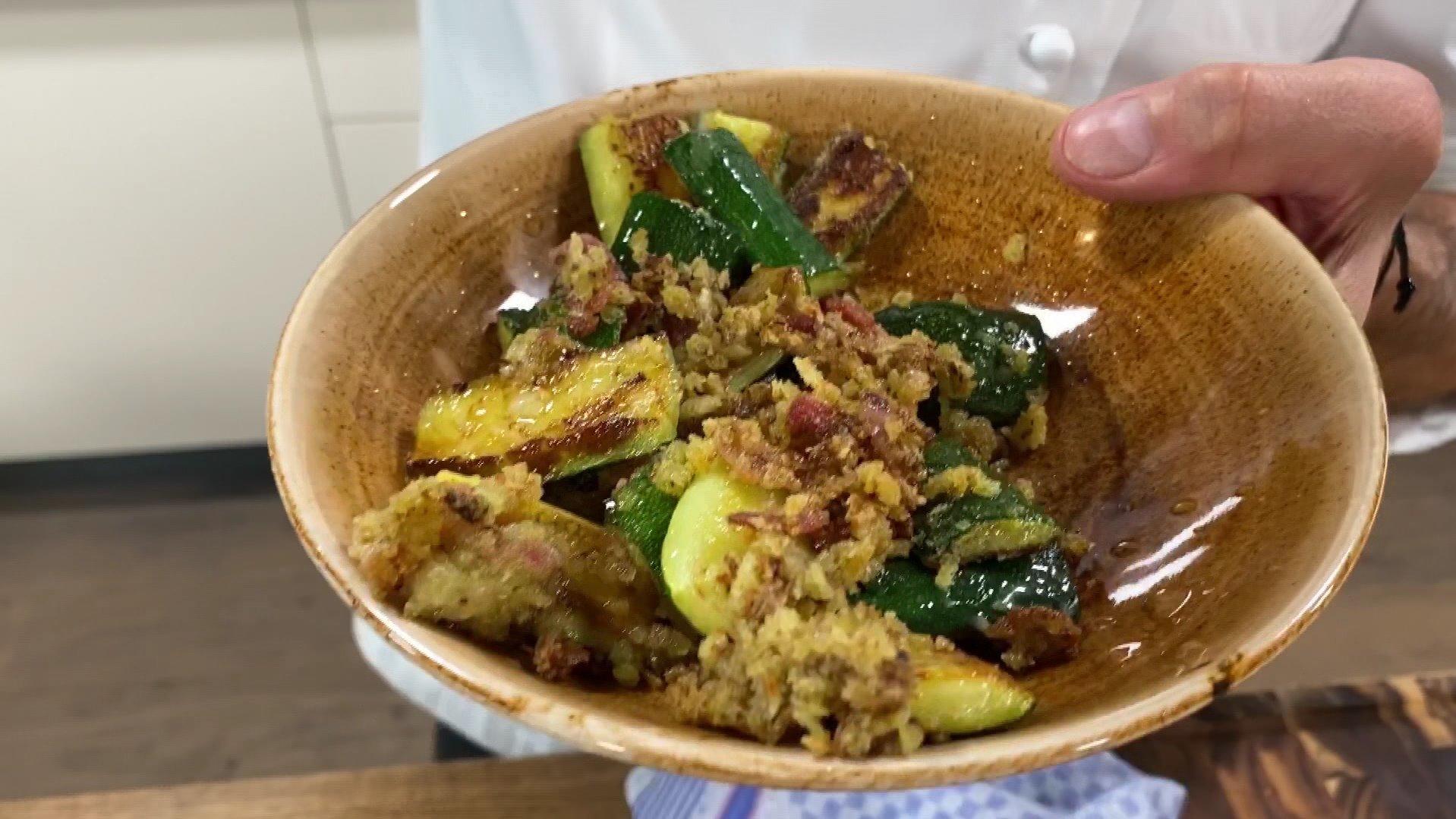 Rezept vom Henssler: Zucchini mit Speck und Parmesan
