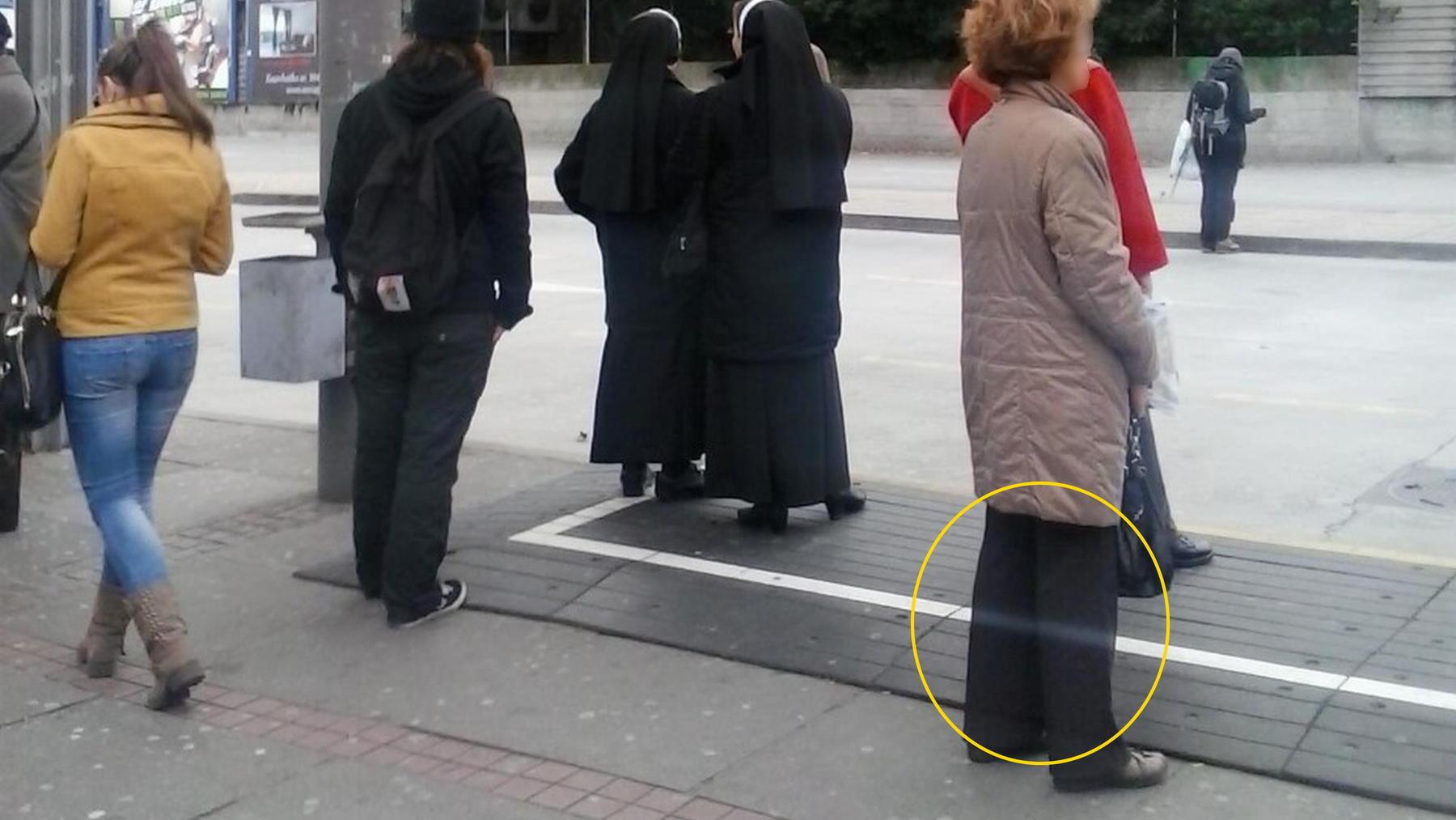 Mysteriöses Foto geht viral: Steht hier ein Geist an der Bushaltestelle?