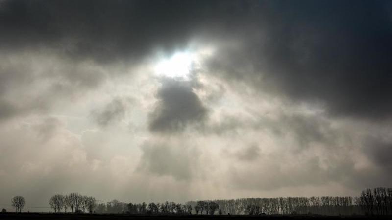 Wolken und vereinzelt Schauer in Hessen erwartet