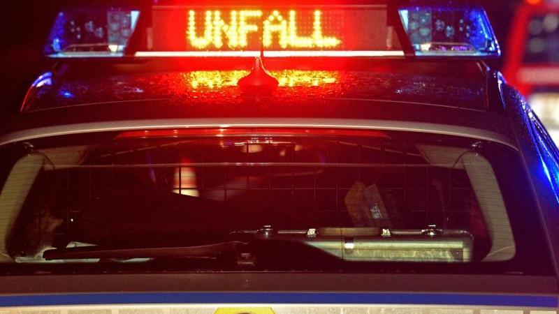 Auto prallt gegen Lastwagen: Mehrere Verletzte
