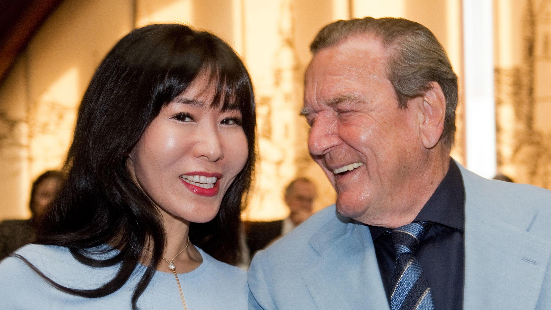 Gerhard Schröder: Zum 77. Geburtstag überraschte ihn seine Frau Soyeon Schröder-Kim