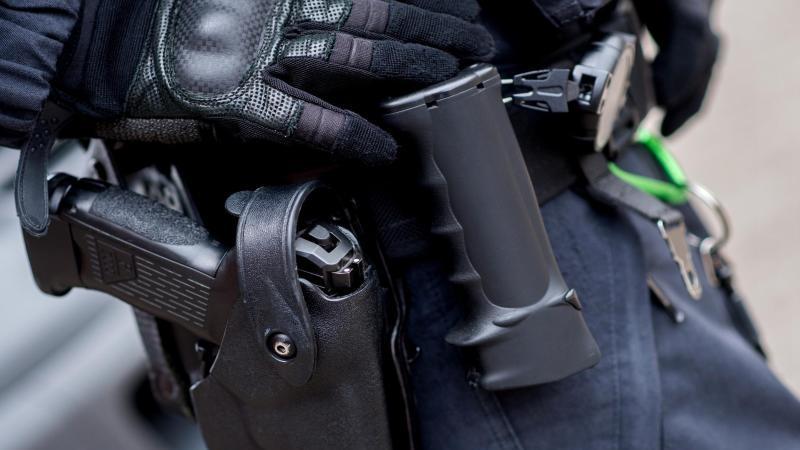 Polizisten mit Reizgas besprüht und geschlagen