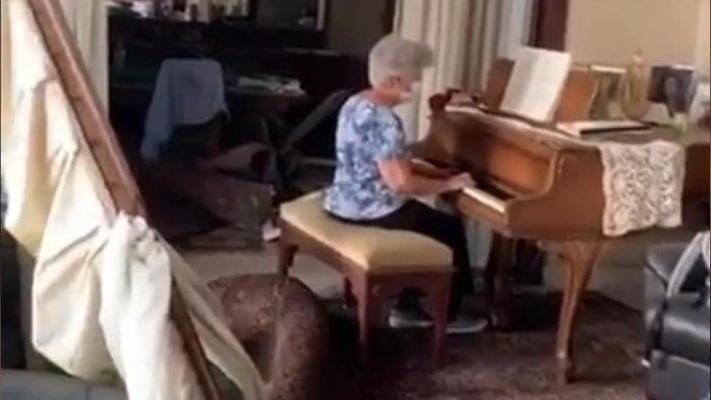 Nach Explosion in Beirut: Großmutter spielt Klavier und rührt zu Tränen