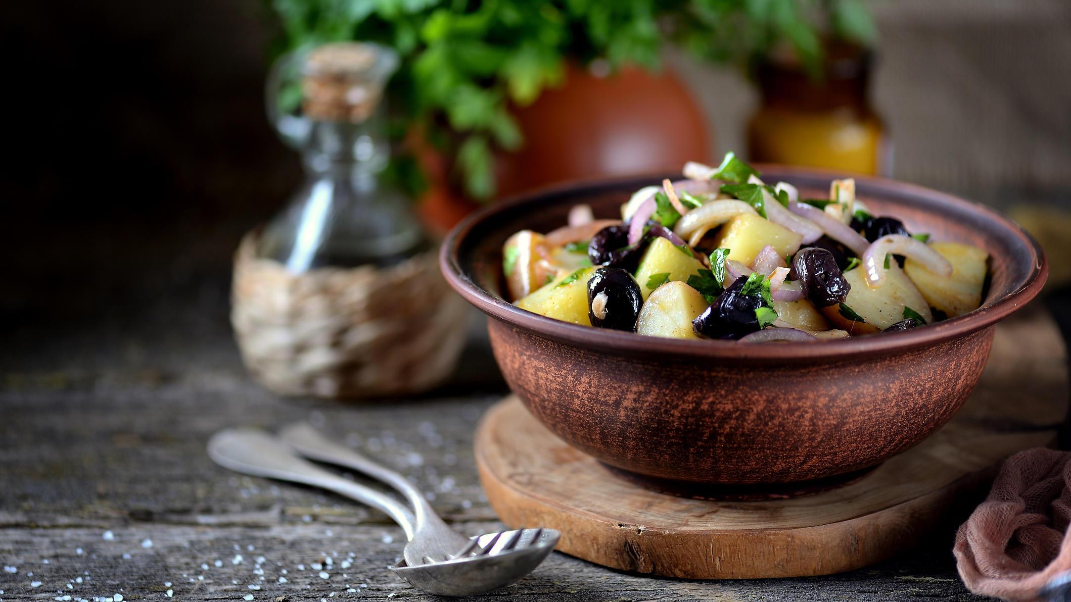Griechischer Kartoffelsalat mit Oliven & Feta: Mit diesem Rezept kulinarisch ans Mittelmeer reisen