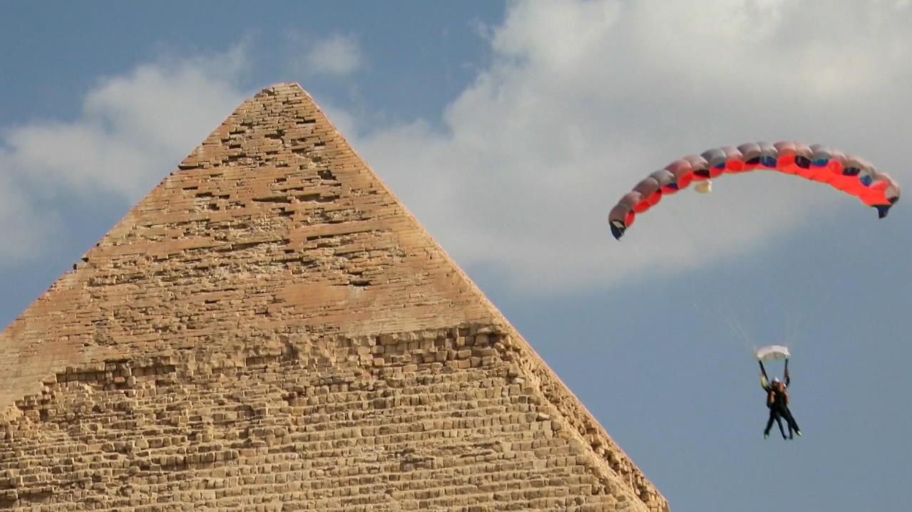 90 Fallschirmspringer über den Pyramiden von Gizeh
