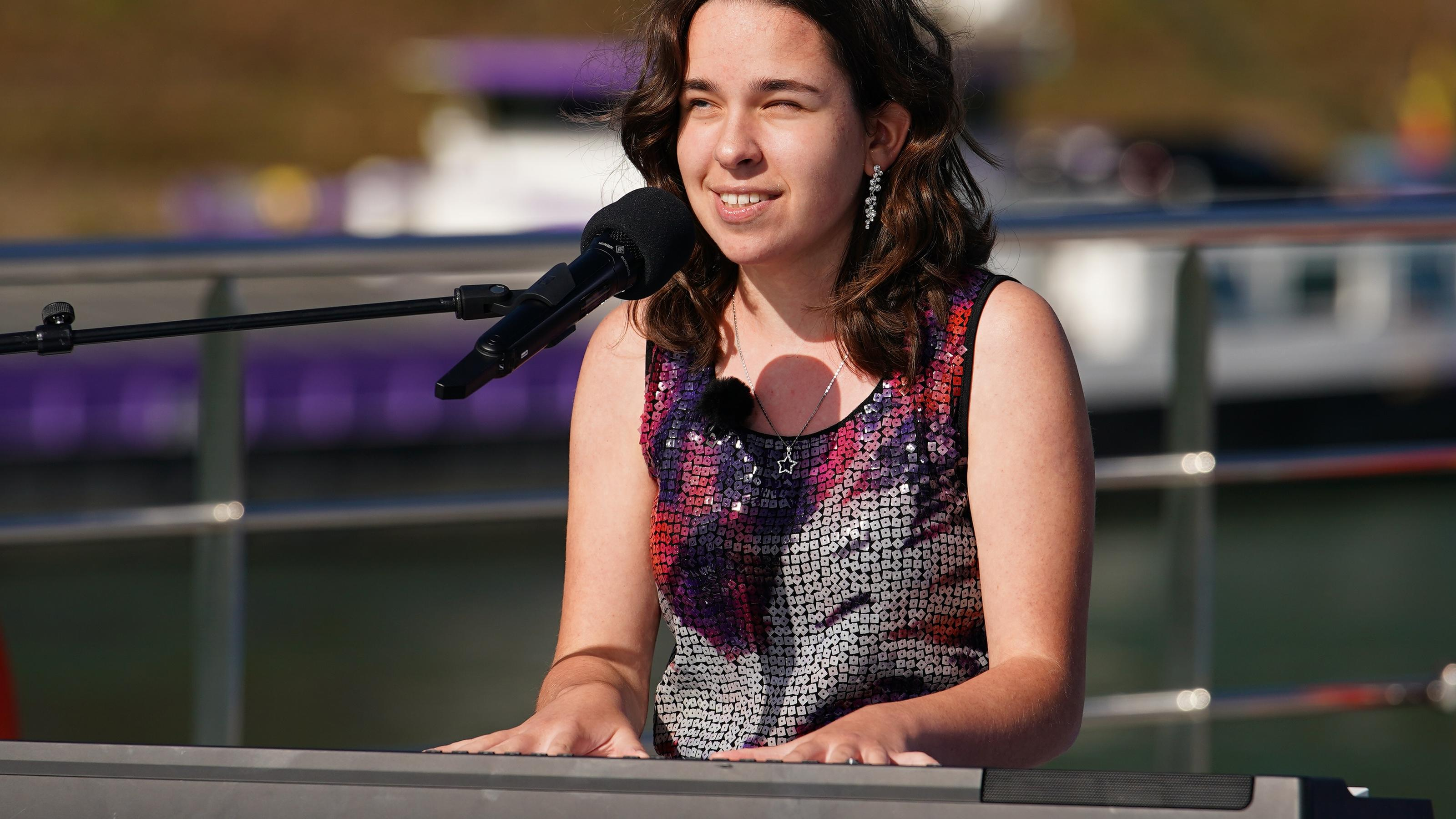 DSDS 2021: Die blinde Sängerin Anastasia Cibulnik begeistert die Jury am Piano - RTL Online