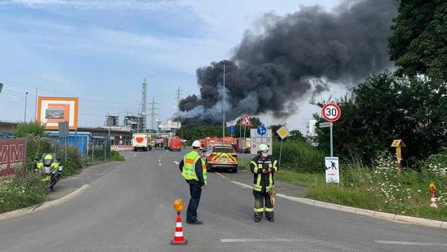 Explosion in Leverkusen: Mehrere Verletzte und fünf Mitarbeiter vermisst - Müllverbrennungsanlage abgeriegelt