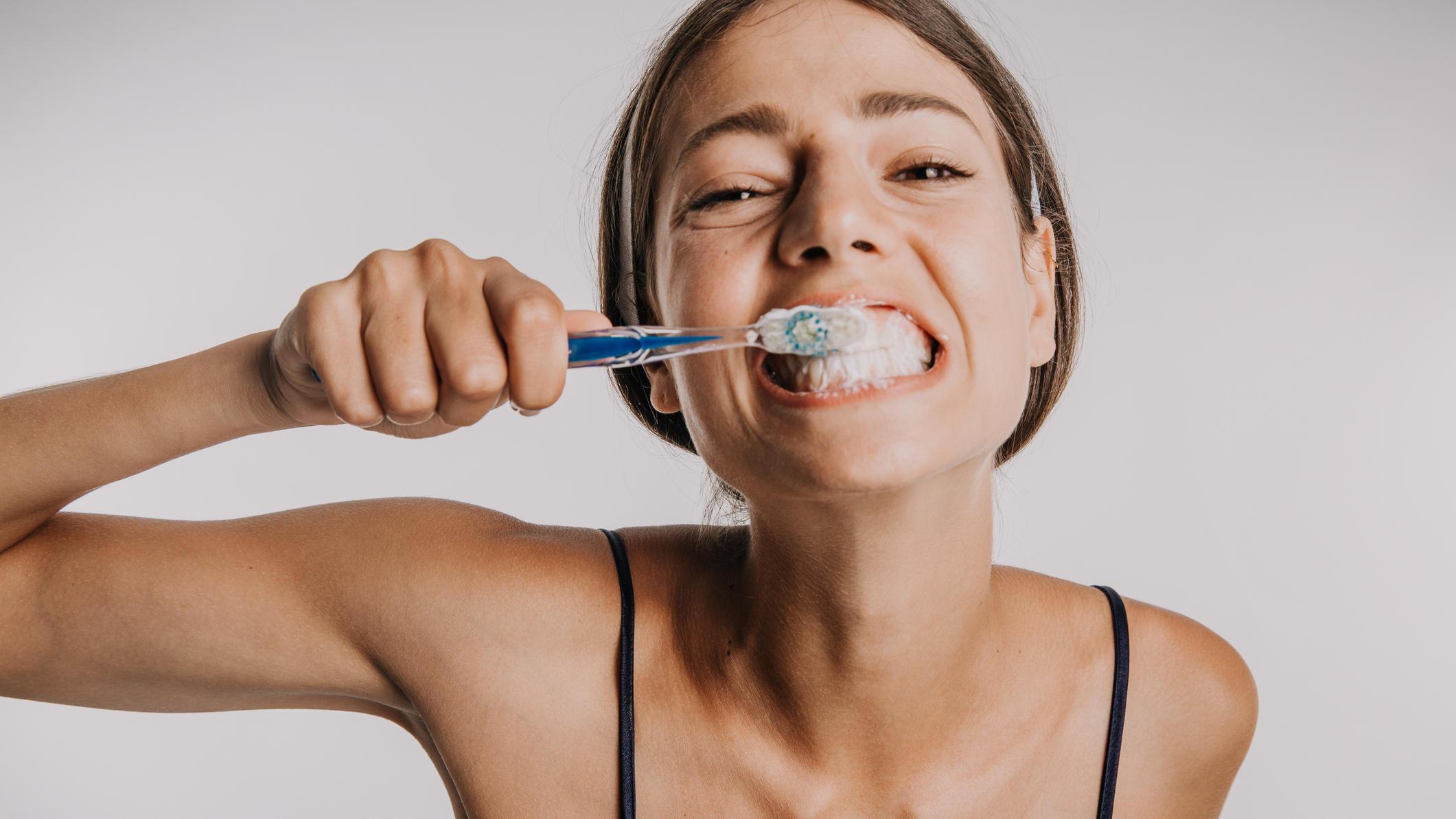 Zähne richtig putzen: Was ist ein Mythos? Und was stimmt wirklich?