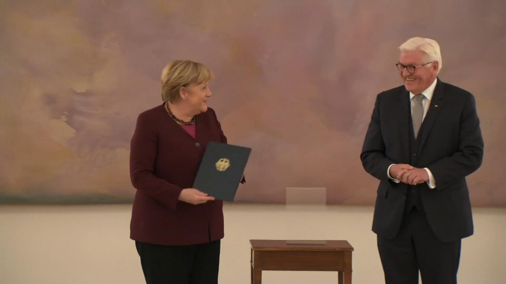 Angela Merkel: Zum Abschied einen Lacher! Hier witzelt die Kanzlerin bei ihrer Entlassung