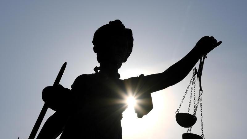 Frauen bedroht und sexuell genötigt: Angeklagter gesteht