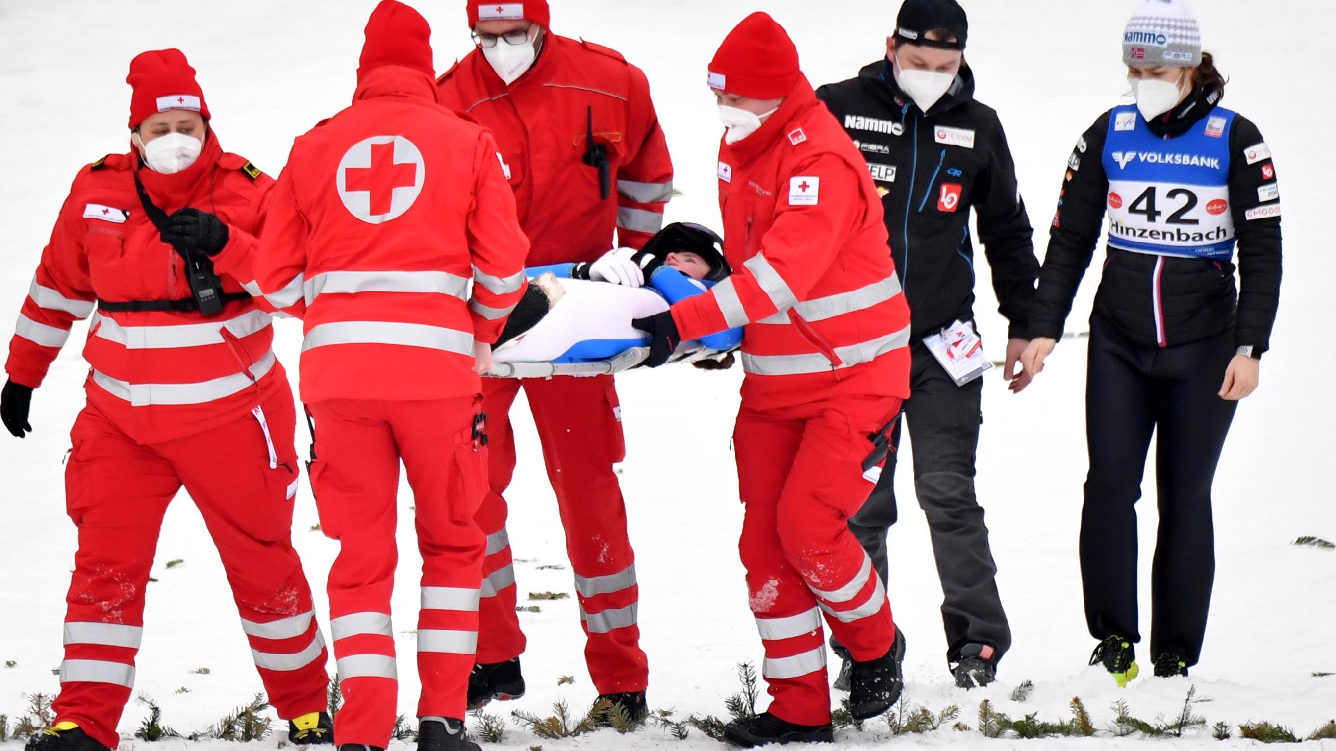 Schlimmer Sturz überschattet Skispringen in Hinzenbach - RTL Online