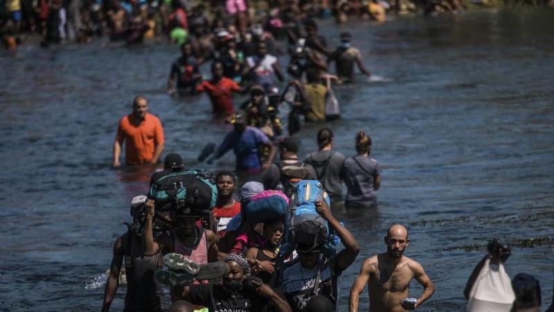 Riesiges Migrantencamp in Del Rio: USA schieben Menschen ab