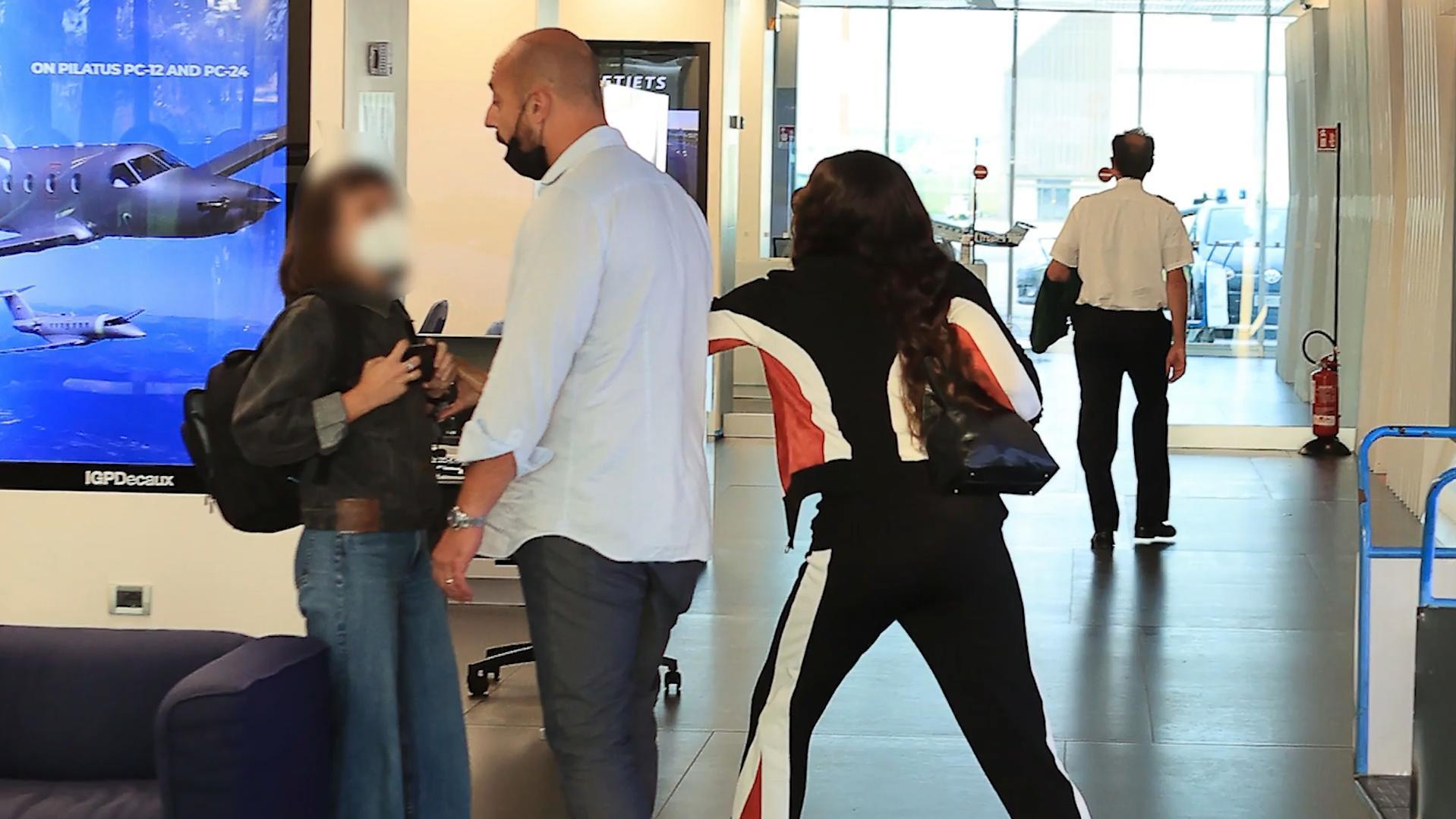 Am Flughafen: Model Naomi Campbell geht auf fotografierenden Fan los