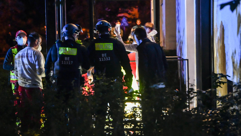 Berlin-Lichtenberg: Zwei Menschen durch Schüsse ins Bein verletzt - Schütze auf der Flucht