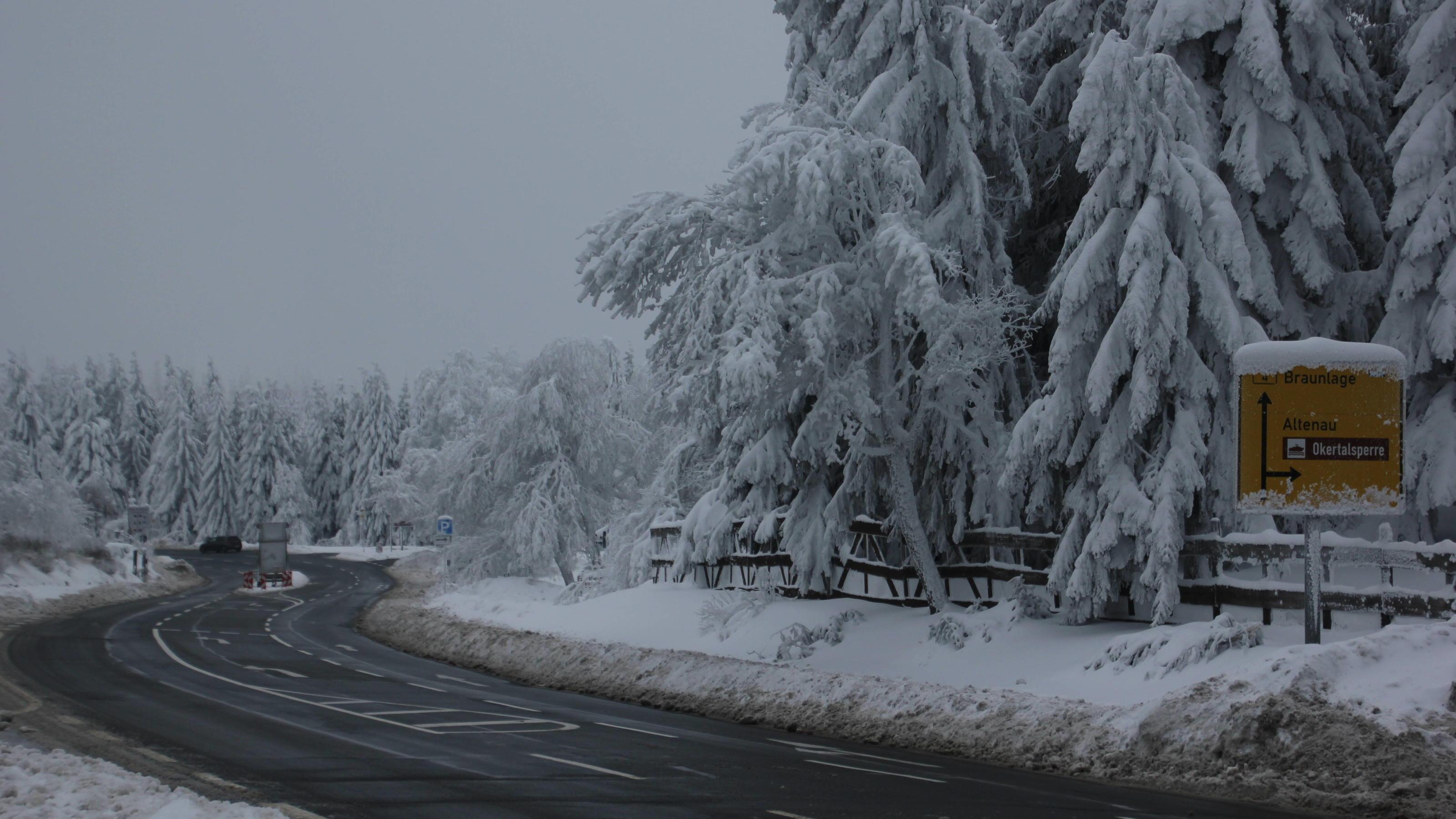 Schnee-und-Gl-ttegefahr-auf-der-Stra-e