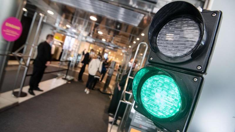 Ab 35er Inzidenz: Geschäfte könnten früher öffnen dank neuem Corona-Richtwert - RTL Online